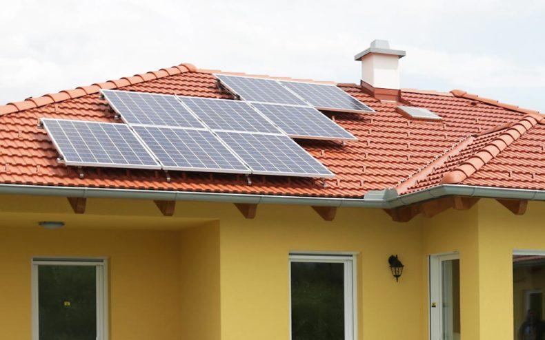 Walmdach mit Solarpaneelen